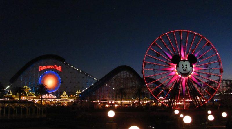 Panorama del Disney California Adventure Park di notte